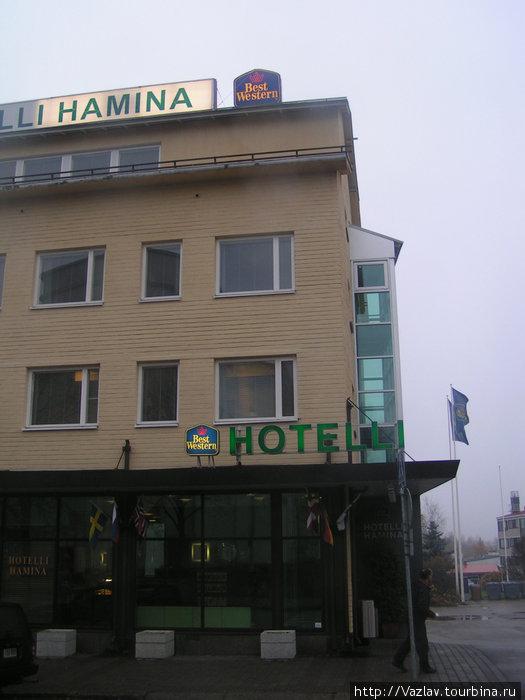 Внешний вид отеля. Справа сзади видна часть парковки