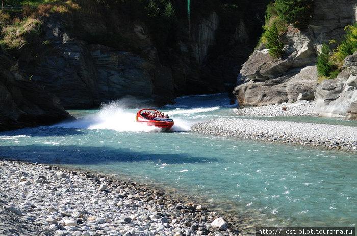 Джет — водометный катер с 520-сильным мотором. Глубины 5 см для него достаточно, чтобы нестись со скоростью 75 км/ч.