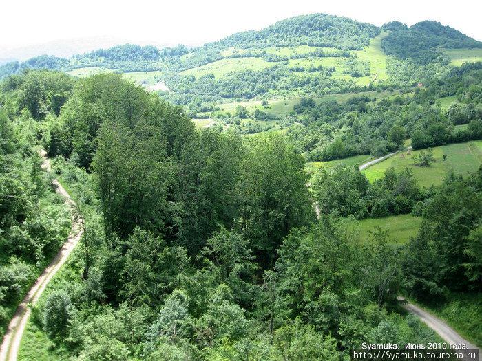 Серпантин выделывал чудеса, открывая великолепные виды на горы и долины, на тоннели и виадуки...