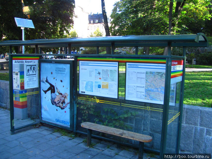По дороге автобус делает несколько остановок. Фирменный знак Flygbussarna — яркая лента цвета радуги