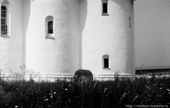 Древнее надгробие у стен Никитского монастыря.