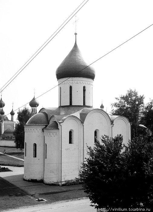 Спасо-Преображенский собор. По-научному его описание звучит так: одноглавый крестовокупольный четырёхстолпный трёхапсидный храм.