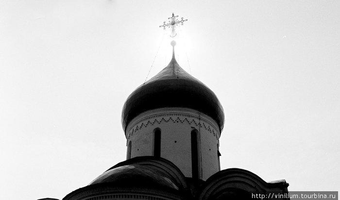 По верхней кромке апсид и барабана идет строгое украшение, которое называется аркатура. В храмах Владимиро-Суздальского княжества использовалась разновидность в виде аркатурного пояса, или фриза.