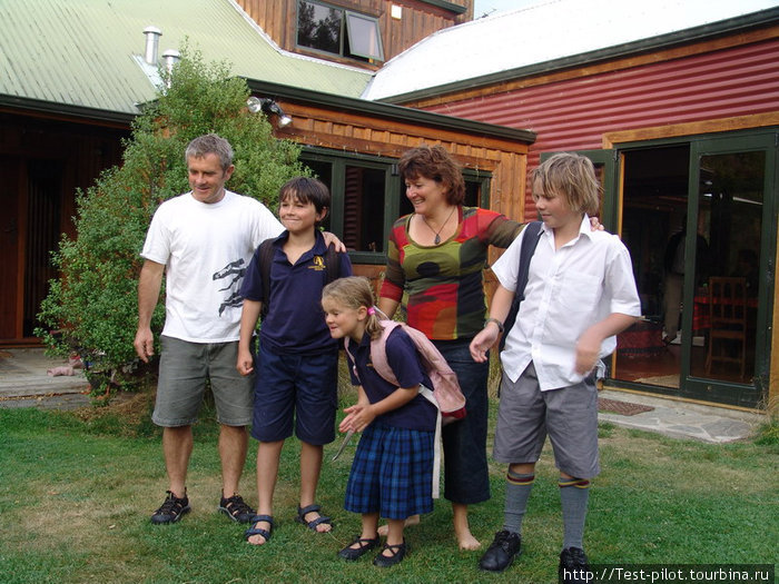 Семья Гордона, новозеладца (кивоса), у которого была в гостях наша группа. Россию знает и любит уже за то, что будучи у нас на сплаве познакомился здесь с американкой Мэри — со своей будущей женой.