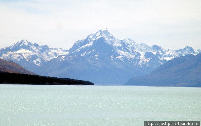 Озеро Пукаки. За ним самая высокая гора в НЗ — Маунт Кук. Правее Маунт Тасман.
