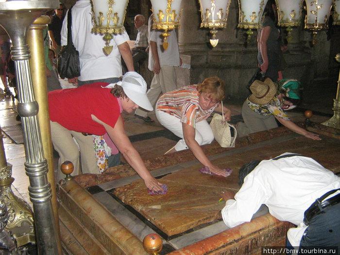Мраморная плита в Храме Гроба Господня