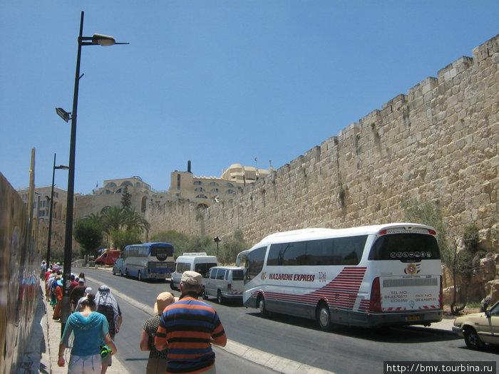 Вдоль крепостной стены Старого Иерусалима.