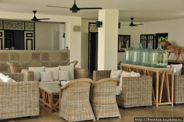 А вот еще местечко, где приятно посидеть с друзьями, испить чаю или освежиться свежеотжатым соком... Ностальгия по старому доброму Цейлону, эффектно оттененная экошиком от маэстро Фернандо.