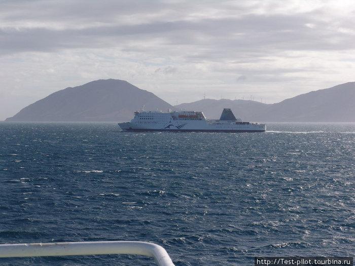 Наш путь лежит на остров Северный. Он уже вижен вдали.На фото встречный паром в проливе Кука