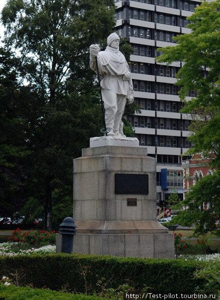 Памятник в Крайстчёрче англичанину Роберту Скотту , проигравшему первенство в покорении Южного полюса норвежцу Амудсену и трагически погибшему вместе со своей командой.  В НЗ его память очень чтят.