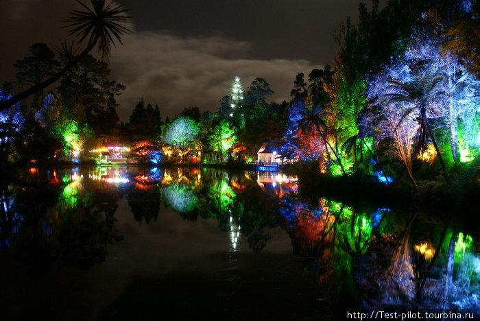 Это тот же парк, только ночью! Ночью здесь полно народу, играют оркестры, работают цветные фонтаны...