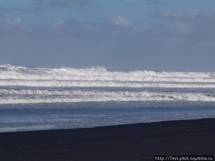 Тасманово море. Бесконечные пляжи с черным песком. Черный песок с кварцевыми вкраплениями, поэтому на солнце очень красиво поблескивает.