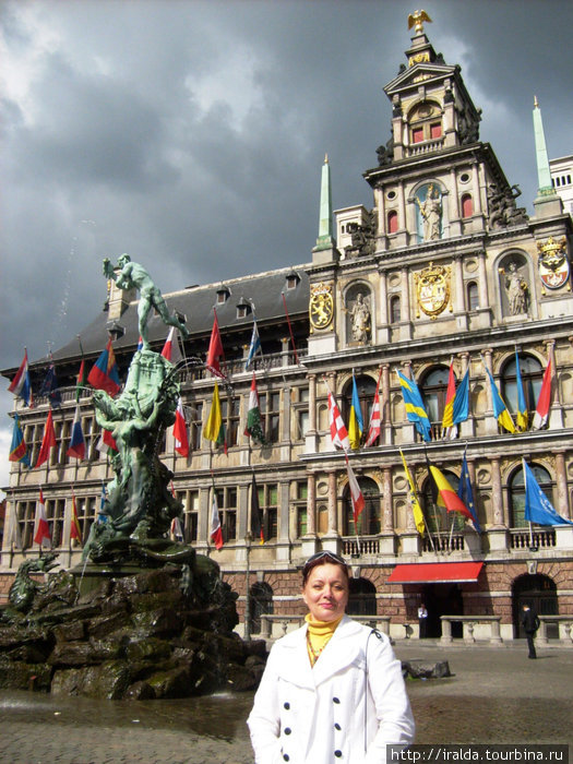 Гроте Маркт – треугольная площадь, являющаяся центром Антверпена. Центральную площадь украшает здание Городской Ратуши,украшенное многочисленными флагами, что символизирует мультикультуры города.