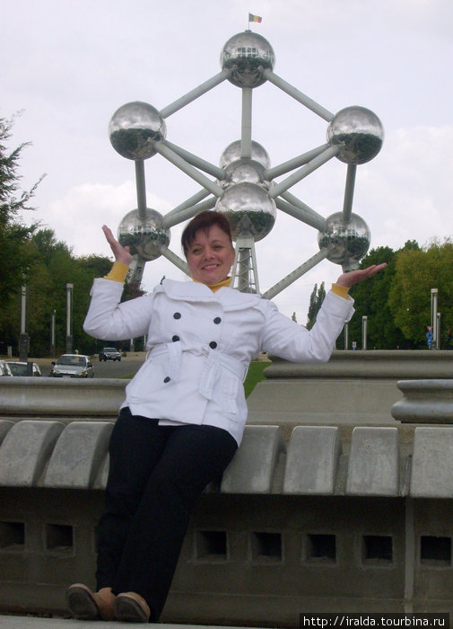Неподалеку от королевской резиденции установлена 120 метровая стальная модель кристалла железа. Атомиум – современный символ единства Бельгии и один из символов Брюселя.9 шаров– 9 провинций в Бельгии.