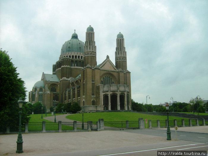 Кафедральный собор Святого Михаила и Святой Гудулы. Своими двумя тупыми башнями он напоминает знаменитый Нотр-Дам в Париже.