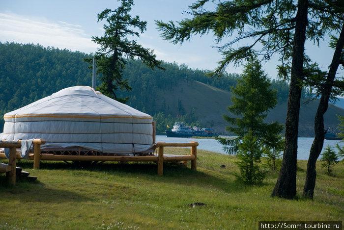 Лучшая база на южном берегу озера. Здесь в юртах есть даже такая роскошь. как двуспальные кровати.