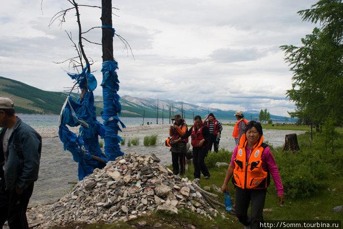Возле аршана — минерального источника. Дерево увешано хадагами — голубыми шелковыми лентами, принесенными в дар местным духам.