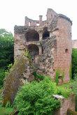 Разрушение пороховой башни произошло не в результате боьбардировки замка французскими войсками,а в силу природных обстоятельств — удар молнии и башню буквально разорвало.И случилось это и 1764г.