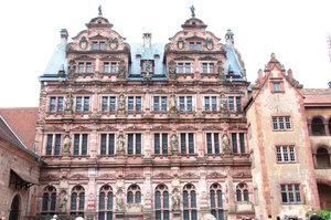 Дворец Фридриха построен во время правления курфюрста Фридриха IV(1601-1607гг.)Дворец украшают 17-ть статуй семьи основателя  замка -Виттельсбаха включая императора Карла Великого