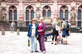 Туристы у дворца Фридриха