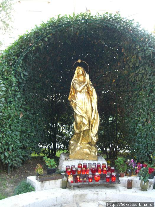 Позолоченная статуя Мадон