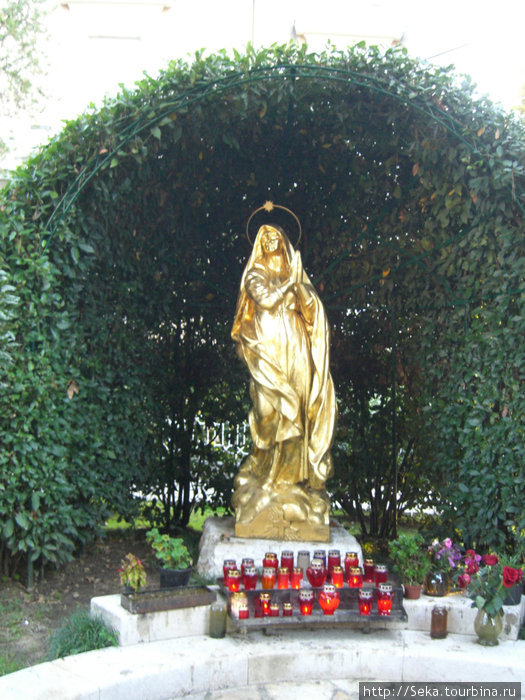 Позолоченная статуя Мадонны