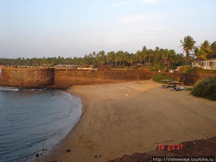 остатки форта в Кандолиме- он тянулся вдоль всего побережья
