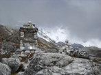 Памятник польким восходителям. На заднем плане видна гора их последнего восхождения