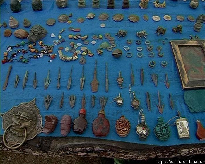 Все монеты — подделки, достаточно поднести к большой и очень-очень древней