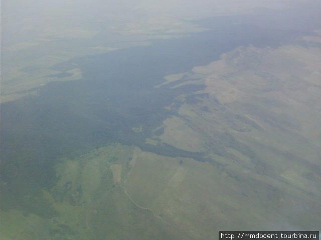 Невысокий Терекский хребет, он виден во время взлета