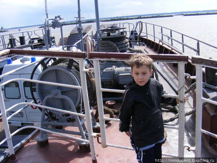 Сына я даже не смог уговорить спуститься на пассажирскую палубу, ему было очень интересно