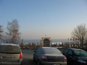 Холодновато, даже море не шевелится...