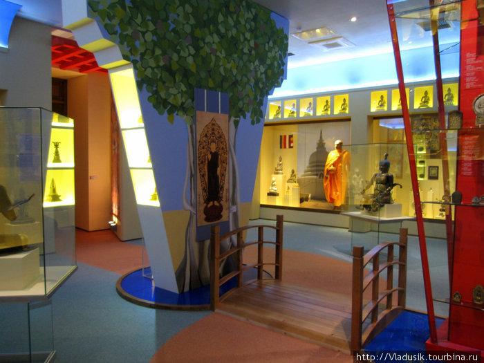 Зал буддизма смотрится довольно современно!