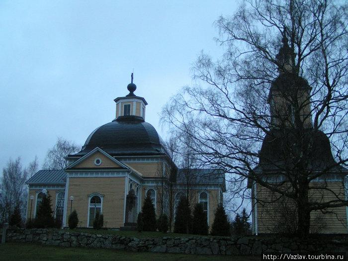 Вид на церковь и колокольню