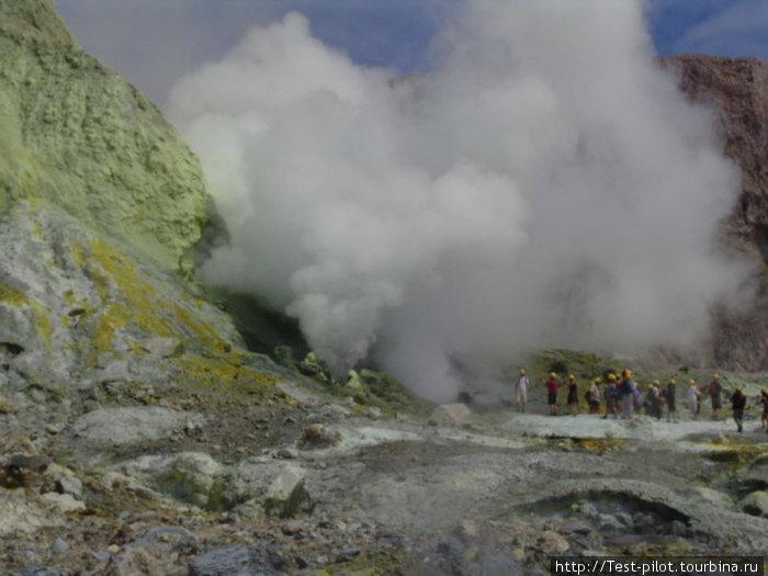 Белый остров. Это остров-вулкан в Тихом океане. Кратер — диаметром метров 400. На фото — вулканическая газовая атака (сероводород!) Дышать можно только через респиратор