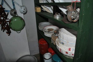 Кухонная утварь и неизменные связки паприки.