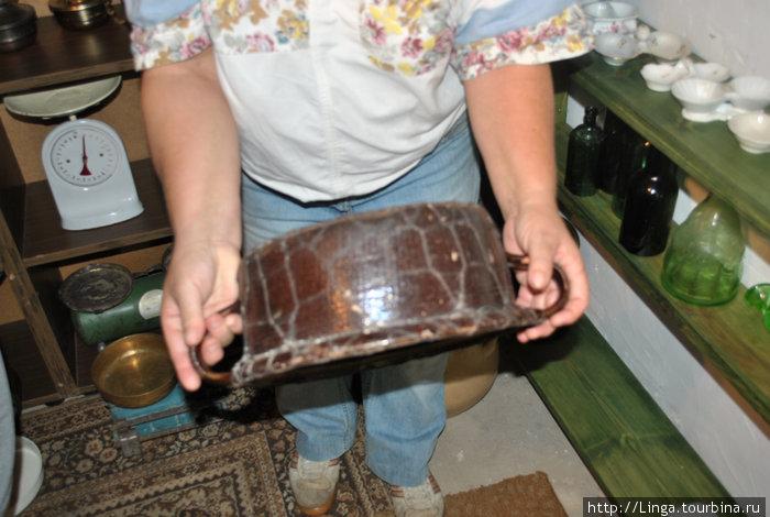 Разбитую посуду ремонтировали, стягивая металлической сеткой, например.