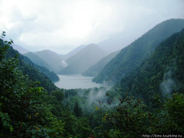 Озеро Рица с дороги на Авадхару.