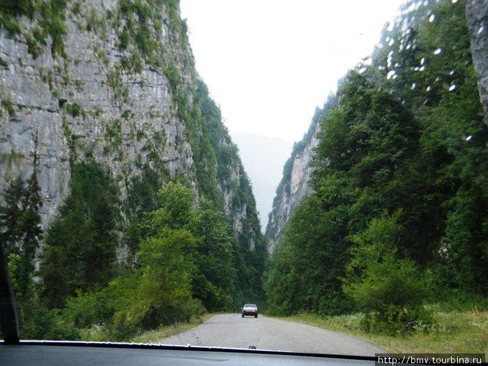 Дорога вниз по каньону.