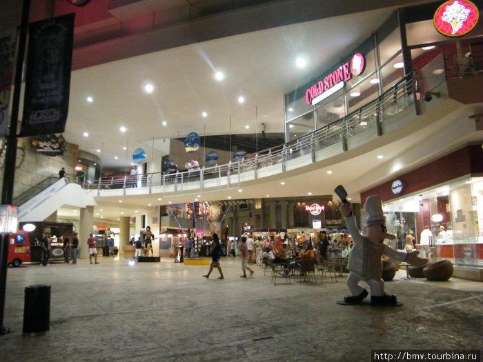 Большой развлекательный центр в Канкуне.