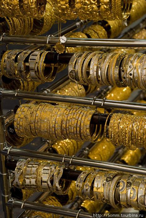 Арабская женщина не будет счастлива, пока не обвешает себя таким количеством золота, что потом не сможет встать. Поэтому они такие толстые.