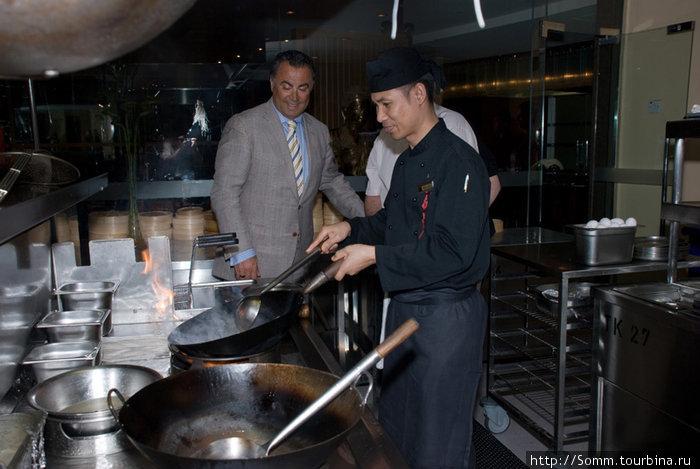 …Тайский повар под руководством менеджера-ливанца потчует их кулинарными шедеврами…