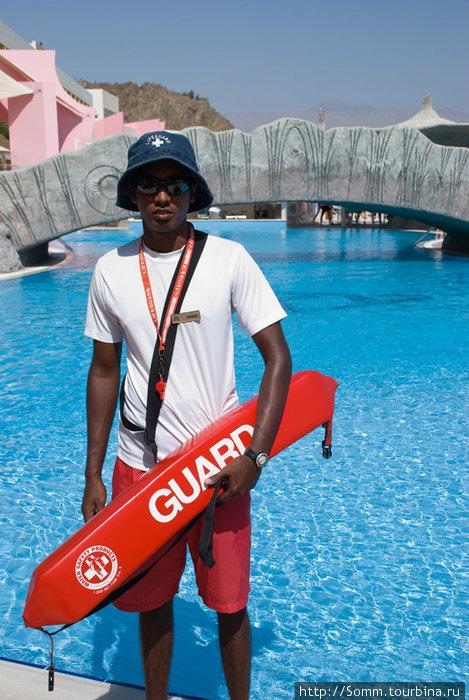 …Цейлонский парень работает спасателем в бассейне, у него даже...