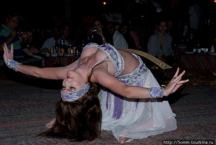 …Кавказская девушка пленяет танцем живота…