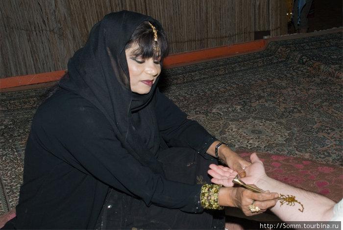 А, вот еще мавританская женщина — виртуоз хнойной живописи