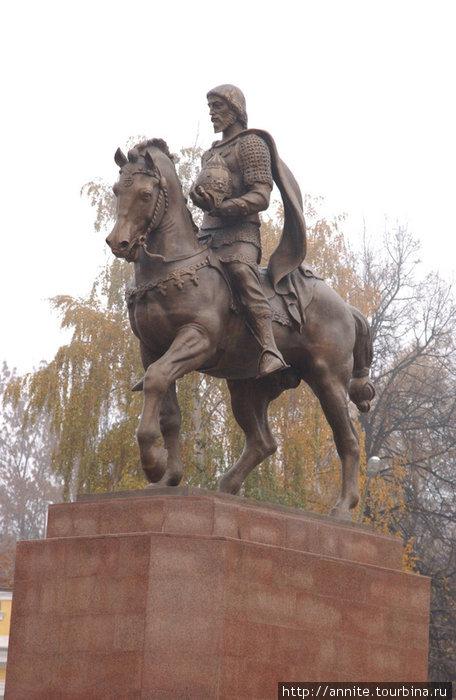 Памятник князю Олегу Рязанскому на Соборной площади.