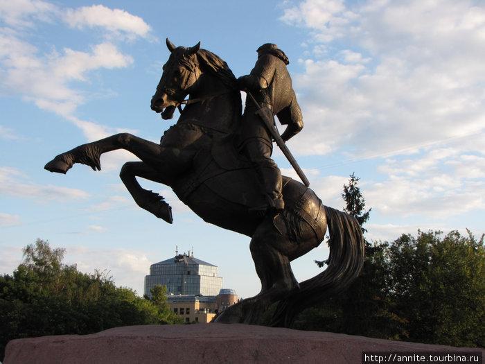 Памятник рязанскому воеводе Евпатию Коловрату на Почтовой площади.