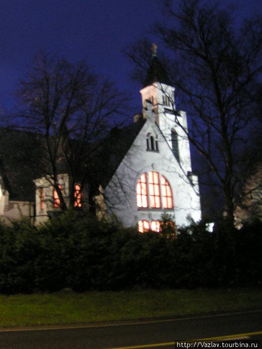 Здание церкви в подсветке