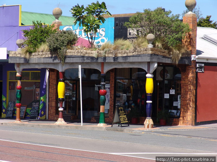 В городок KawaKawa мы заскочили специально, чтобы посмотреть на творение известного австрийского архитектора, дизайнера и философа Хундертвассера, посление годы жившего в Новой Зеландии. Это туалет!