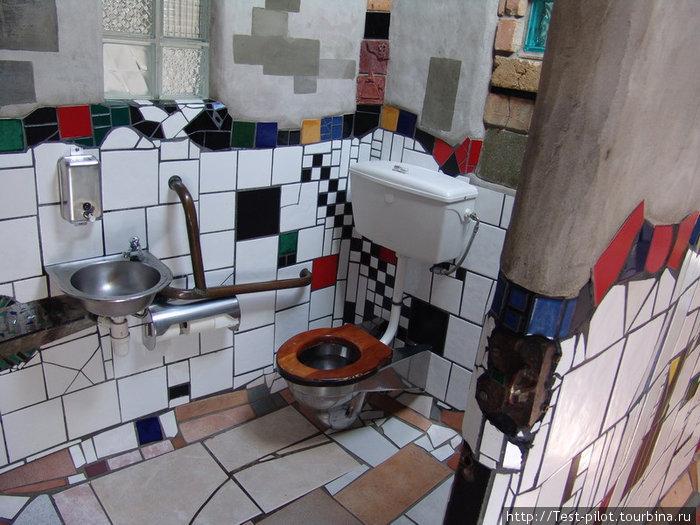 Общественный туалет Хундертвассера в KawaKawa. Кстати, в архитектуре мастера нет прямых углов. Нигде.